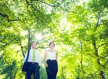 Hombre de negocios y mujer que se relajan al aire libre Fotos de archivo libres de regalías