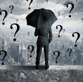 Hombre de negocios y preguntas