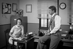 hombre de negocios y secretaria de los años 50 que trabajan en la oficina Fotografía de archivo