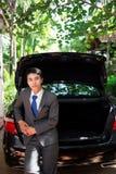Hombre de negocios y su coche fotos de archivo