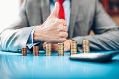 Hombre de negocios y su inversión financiera imágenes de archivo libres de regalías