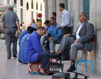 Hombre de negocios y zapato-limpiabotas Fotos de archivo