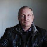 Hombre de ojos azules rubio del retrato en chaqueta negra Imágenes de archivo libres de regalías