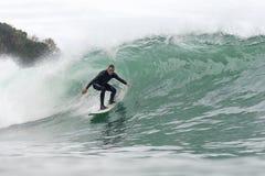 Hombre de 68 a?os que practica surf una onda grande imágenes de archivo libres de regalías