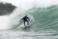 Hombre de 68 a?os que practica surf una onda grande fotos de archivo