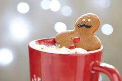 Hombre de pan de jengibre en chocolate caliente Imagen de archivo libre de regalías