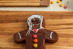 Hombre de pan de jengibre hecho en casa adornado para la Navidad en la madera Foto de archivo libre de regalías