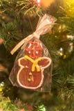 Hombre de pan de jengibre hecho a mano hermoso en el árbol de navidad foto de archivo