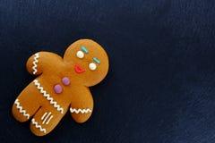 Hombre de pan de jengibre en fondo oscuro La Navidad o composición del Año Nuevo Tarjeta de Navidad Foto de archivo libre de regalías