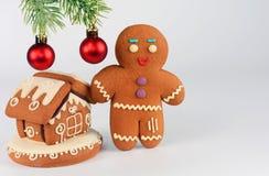 Hombre de pan de jengibre y casa en el fondo blanco La Navidad o composición del Año Nuevo Tarjeta de Navidad Foto de archivo
