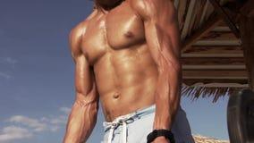 Hombre de pecho desnudo que levanta el Barbell pesado metrajes