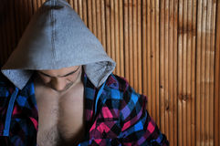 Hombre de pelo oscuro marrón muscular deportivo joven del inconformista en la capilla Fotografía de archivo libre de regalías