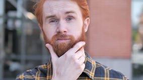 Hombre de pensamiento al aire libre de la barba del pelirrojo que se inspira nueva idea metrajes
