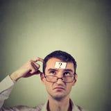 Hombre de pensamiento con el signo de interrogación Imagen de archivo libre de regalías