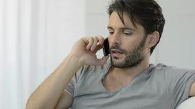 Hombre de pensamiento en el teléfono móvil metrajes