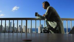 Hombre de pensamiento mayor en la puesta del sol Foto de archivo