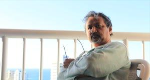 Hombre de pensamiento mayor en la puesta del sol Imagenes de archivo