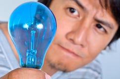 Hombre de pensamiento que mira una luz imagen de archivo libre de regalías