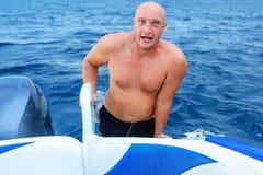 Hombre de Phandsome en el mar en una natación del barco, el concepto de reconstrucción y el turismo Vacaciones imagenes de archivo
