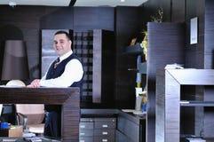 Hombre de Recetion en hotel foto de archivo