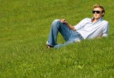 Hombre de relajación en hierba Fotos de archivo libres de regalías