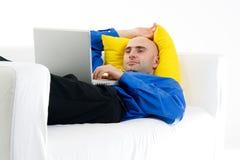 Hombre de relajación con la computadora portátil Fotos de archivo libres de regalías