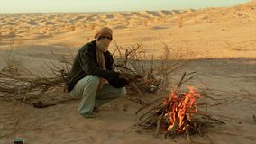 Hombre de Sáhara cerca de un fuego almacen de video