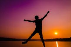 Hombre de salto de la silueta Fotos de archivo libres de regalías