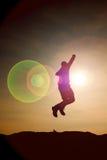 Hombre de salto El hombre loco joven está saltando en fondo colorido del cielo Silueta del hombre de salto y del cielo hermoso de Imagenes de archivo