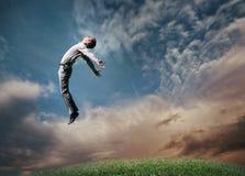 Hombre de salto en cielo imagen de archivo
