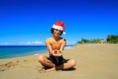 Hombre de Santa con los presentes en la playa del Caribe Imagen de archivo