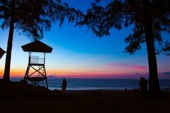 Hombre de Sihouette en la choza de la playa y del sucurity imagen de archivo libre de regalías