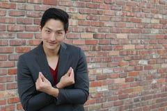 Hombre de Smiley Asian que hace la muestra del corazón del finger Muestra coreana del finger del corazón Foto de archivo