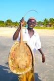 Hombre de trabajo duro del pescador que trae stingfish Imagen de archivo