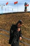 Hombre de Vape Un individuo blanco joven hermoso en gafas de sol va abajo de las escaleras y está fumando un cigarrillo electróni Fotografía de archivo