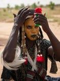 Hombre de Wodaabe que comprueba el maquillaje en un espejo, Gerewol, Niger Imágenes de archivo libres de regalías