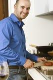 Hombre de Yougn en la cocina Imágenes de archivo libres de regalías