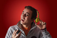 Hombre de Youn que escucha la música Foto de archivo libre de regalías