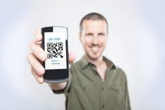 Hombre de Youn que muestra el teléfono Fotos de archivo libres de regalías