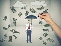 Hombre debajo de una lluvia del dinero en fondo gris Imágenes de archivo libres de regalías