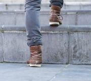 Hombre del ángulo bajo que camina encima de pasos Fotos de archivo