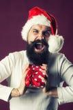 Hombre del Año Nuevo con la caja de regalo Imagen de archivo