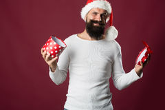 Hombre del Año Nuevo con la caja de regalo Imágenes de archivo libres de regalías