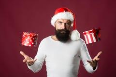 Hombre del Año Nuevo con la caja de regalo Foto de archivo libre de regalías