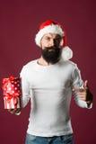 Hombre del Año Nuevo con la caja de regalo Fotos de archivo