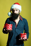 Hombre del Año Nuevo con los presentes Fotografía de archivo libre de regalías