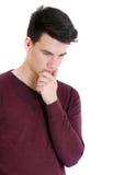 Hombre del adolescente en el pensamiento del suéter concentrado aislado en blanco Fotografía de archivo