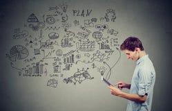 Hombre del adolescente que usa el suyo tableta Imagen de archivo