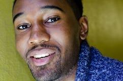 Hombre del African-American, sonriendo imagen de archivo libre de regalías