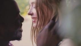 Hombre del africano negro y muchacha blanca amor Inter-étnico metrajes